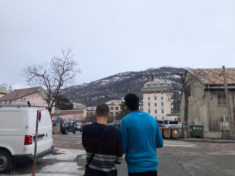 """صابر ومهدي بالقرب من جمعية """"ريفوج سوليدير Refuges """"Solidaires."""