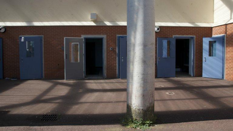 Des chambres pour hommes dans le centre de rétention de Mesnil-Amelot. Crédit : Maëva Poulet, InfoMigrants