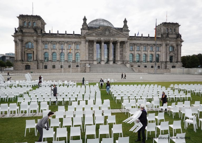 13,000 chairs being set up in front of the German Parliament as a sign of solidarity for the 13,000 migrants and refugees currently living in Moria camp on Lesbos, Greece, on September 7, 2020 | Photo: Picture-alliance/dpa