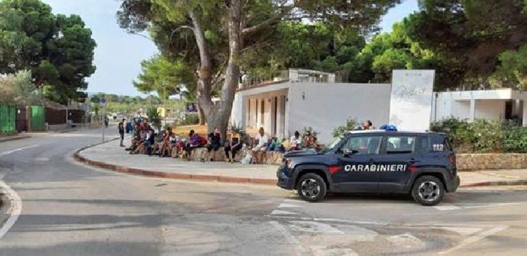 ANSA / الشرطة الإيطالية توقف بعض المهاجرين عقب وصولهم إلى ساحل منطقة سوليسيس في جنوب سردينيا. المصدر: أنسا / الشرطة الإيطالية.
