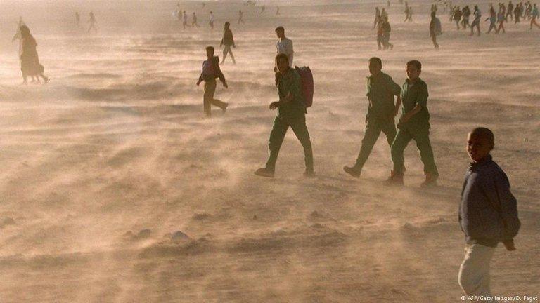 مهاجران در صحرای افریقا تنها رها گردیده اند. (عکس از آرشیف)