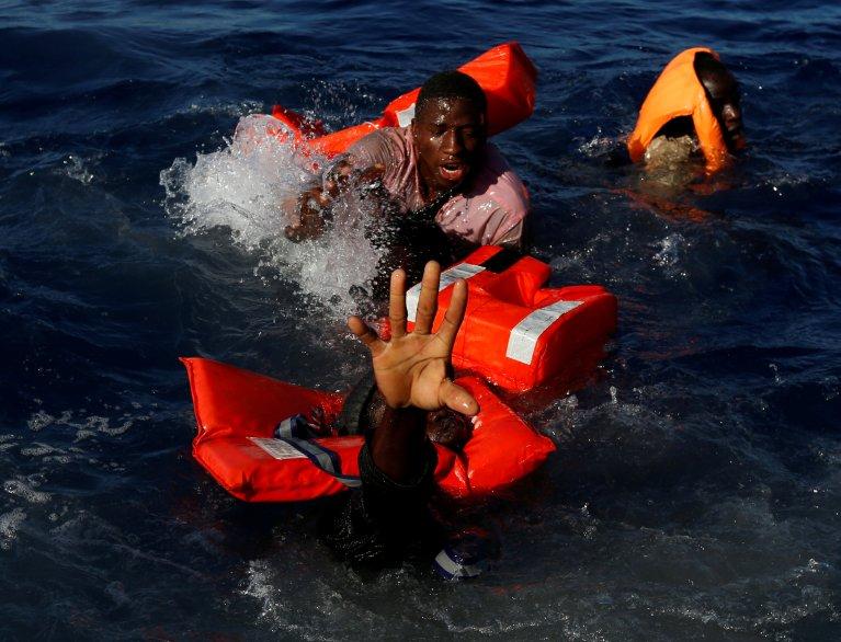 Des migrants tentent de se maintenir hors de l'eau après le naufrage de leur embarcation de fortune en Méditerranée. Crédit : Reuters
