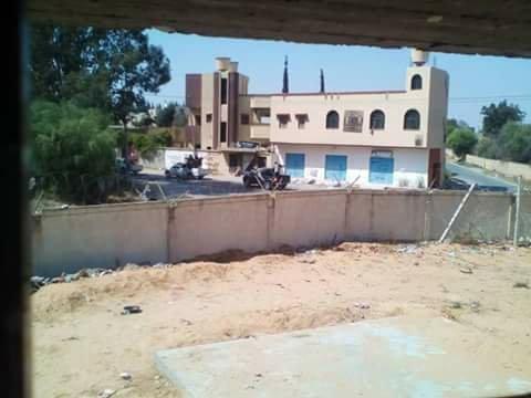 Les migrants bloqués à Ain Zara voient passer des chars depuis les fenêtres du centre de détention. Crédit : InfoMigrants
