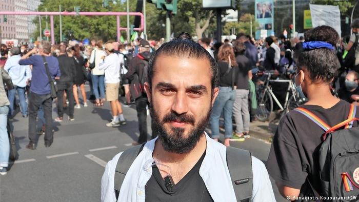 """ساهم طارق الأوس في تأسيس تحالف """"زيبروكه"""" الذي يعمل على إنقاذ المهاجرين العالقين في البحر والضغط من أجل استقبالهم"""
