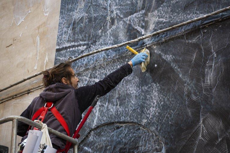 المصور أليساندرو أثناء العمل. المصدر: الموقع الرسمي للفنان أليساندرو تريكاريشو