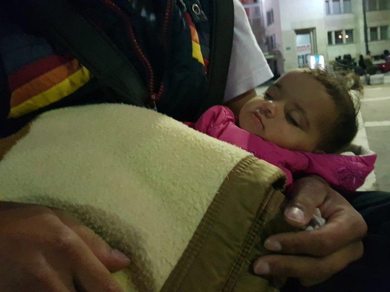 Abdallah berce la petite Maria âgée de quelques mois à Sarajevo, en Bosnie. Crédit : InfoMigrants