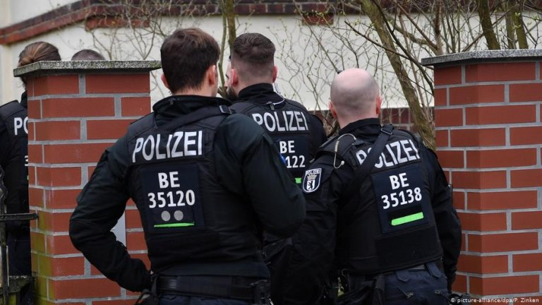 German police gather outside a property   Photo: Picture-alliance/dpa/P.Zinken