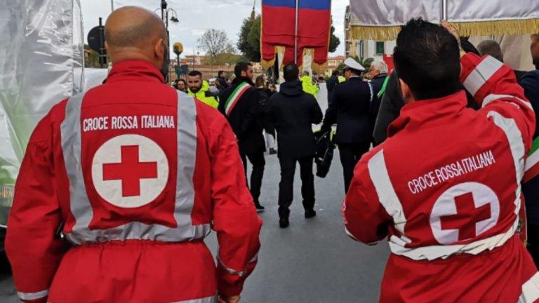 Des membres de la Croix-Rouge italienne lors d'une manifestation. Crédit : Twitter de la Croix-Rouge italienne