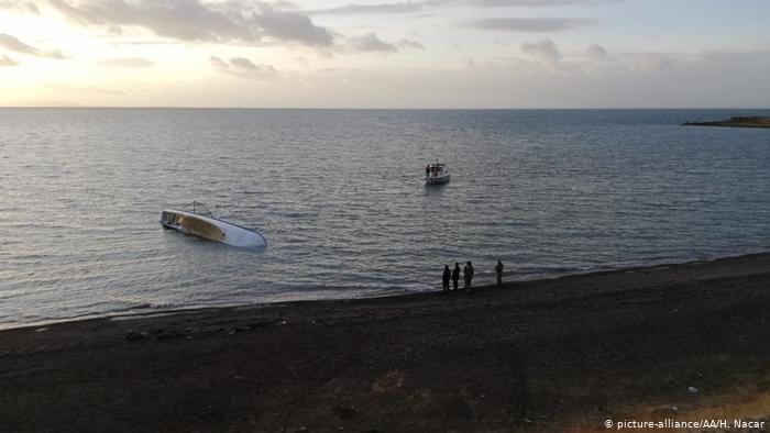 مقام های ترکیه در حال بررسی یک قایق واژگون شده مهاجران در دریای وان