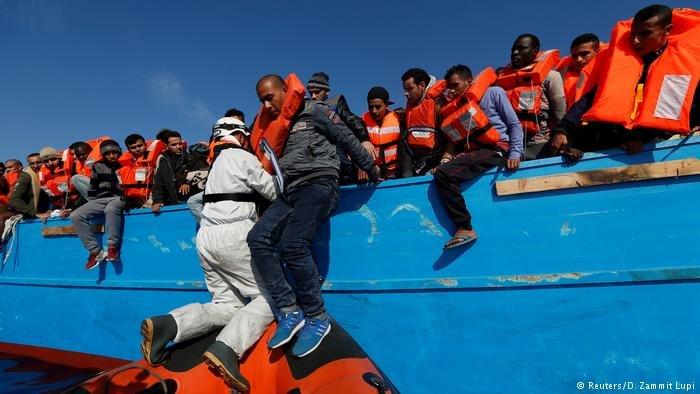 صورة من الأرشيف لعملية إنقاذ مهاجرين قبالة السواحل الليبية