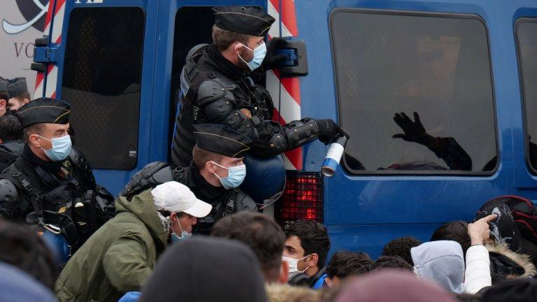 Des policiers lors de l'évacuation du campement de Saint-Denis, le 17 novembre 2020. Crédit : REUTERS/Noemie Olive
