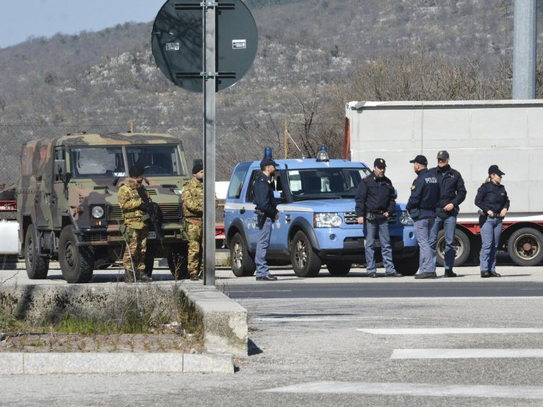 Italian soldiers and Slovenian police at the border | Photo: Archive photo ANSA/MAURO ZOCCHI