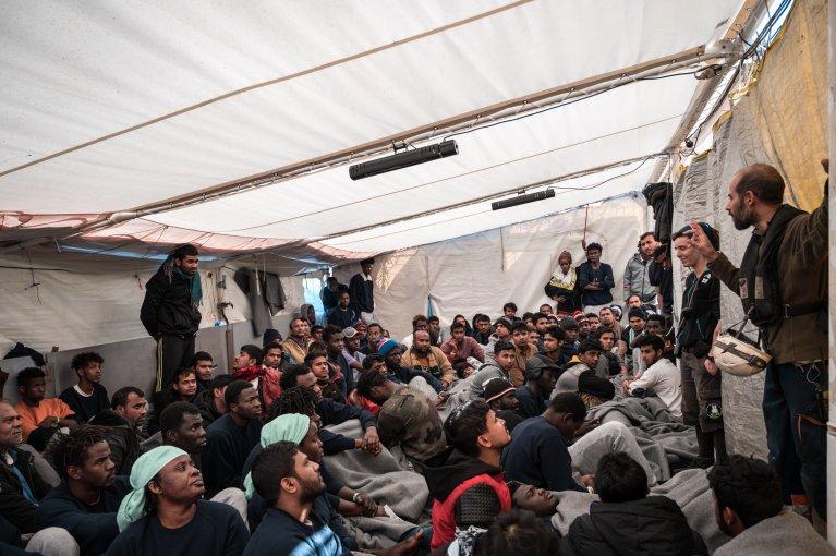 En l'absence de réponses de l'Italie et de Malte, Sea-Watch demande à la Commission européenne de trouver une solution pour débarquer les naufragés dans un port sûr. Crédit : Sea-Watch