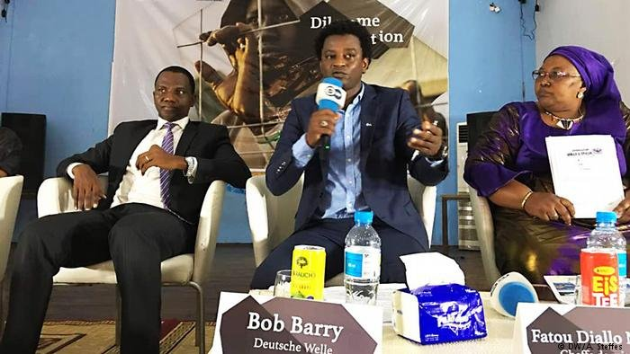 Bob Barry (au milieu), le présentateur du débat, entouré de ses invités.