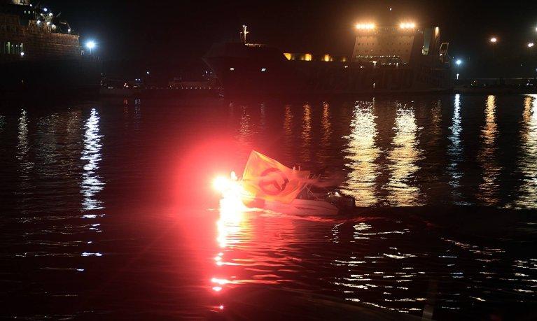 """Des membres de """"Génération identitaire"""" s'approchent de l'Aquarius, dans le port de Catane. Capture d'écran Facebook"""