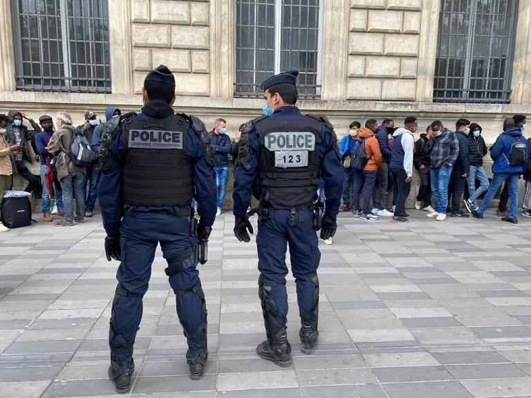 رجال الشرطة الفرنسية أثناء مراقبة عمليات إجلاء المهاجرين من ساحة الجمهورية في باريس إلى مراكز إيواء مؤقتة، 12 أيار\مايو 2021. ليسلي كاريتيرو\مهاجر نيوز