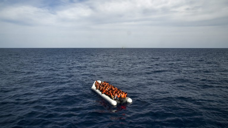 أ ف ب/ أرشيف |قارب يحمل مهاجرين غير شرعيين.