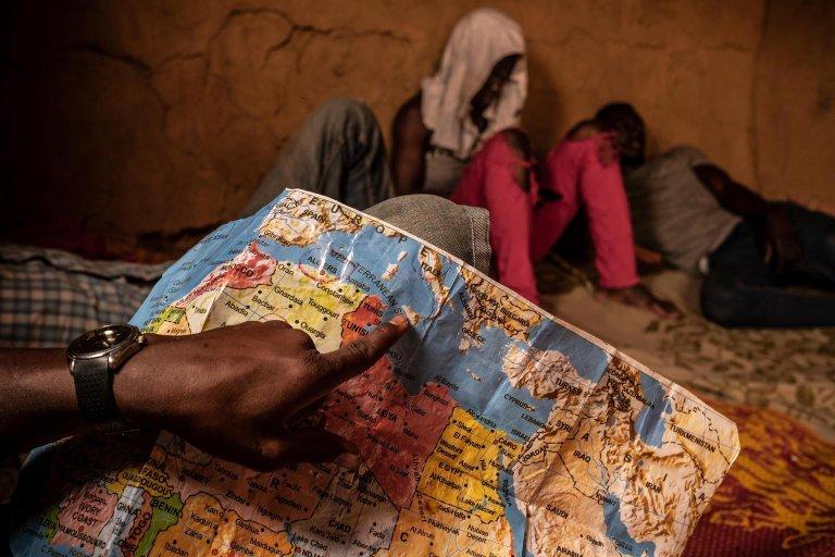 مهاجرون ولاجئون في منزل سري آمن في المنطقة المعروفة باسم المعزل في أغاديز بالنيجر. المصدر: أنسا/ يونيسف.