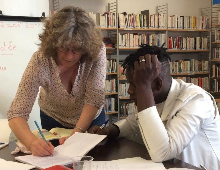© RFI/Juliette Gheerbrant |A la bibliothèque municipale Couronnes, les bénévoles de l'association Paris d'exil donnent des cours de français aux mineurs isolés.