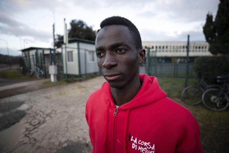 ANSA / المهاجر السنغالي أنزو سيسيه (19 عاما) لاعب كرة القدم في فريق الكرة المحلي، المصدر: أنسا.