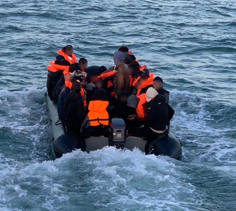 Ce groupe de migrants a été secouru par les autorités françaises dans la Manche en novembre 2020. Crédit : Préfecture maritime de la Manche et de la mer du Nord