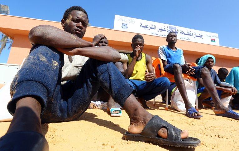 AFP/MAHMUD TURKIA |Des migrants se rassemblent sur le port de Tripoli (Libye) après le nauffrage de leur bateau.