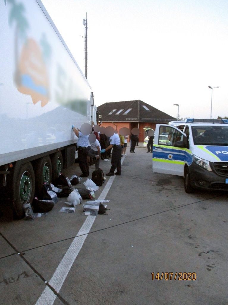 پولیس فدرال آلمان از بازداشت گروهی از پناهجویان پنهان شده در یک لاری یخچالی خبر میدهد