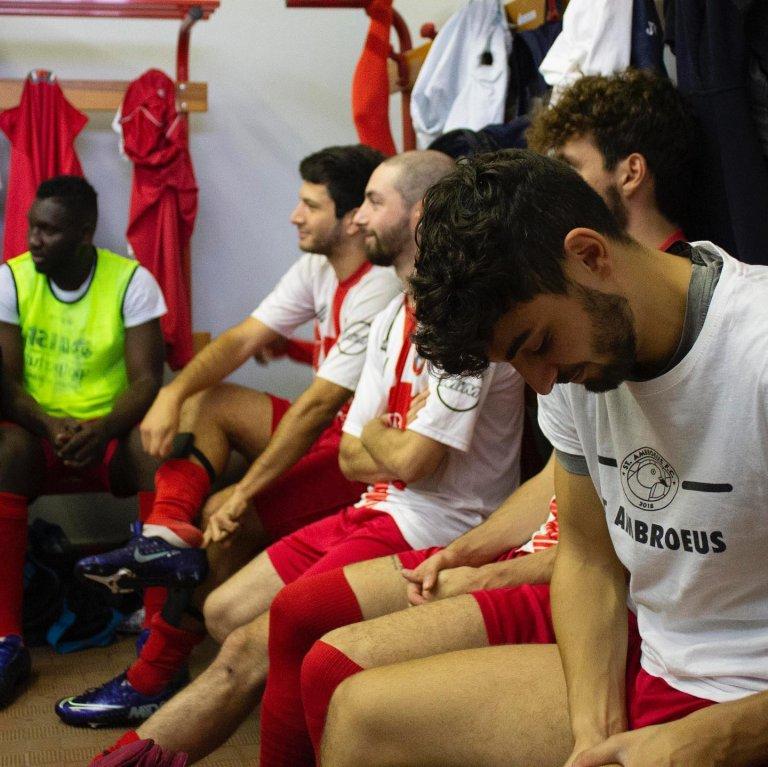 Au sein de l'équipe de football de St Ambroeus se côtoient réfugiés, demandeurs d'asile, et jeunes Milanais. Crédit : St Ambroeus / Facebook