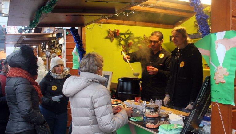 Tony Robin/RFI |Malgré le froid presque sibérien à Strasbourg, l'affluence est bonne au chalet du Refugee Food Festival et la soupe aux lentilles d'Hussam Khodary fumante.