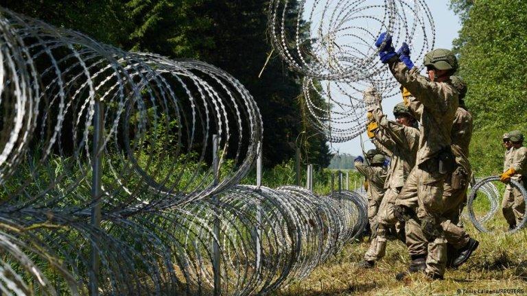 لیتوانیا کنترول مرزهایش را تقویت کرده است. اما می گوید، نمی تواند جلوی سرازیری مهاجران جدید را بگیرد که توسط بلاروس به سوی مرز هدایت می شود./عکس: Janis Laizans/REUTERS
