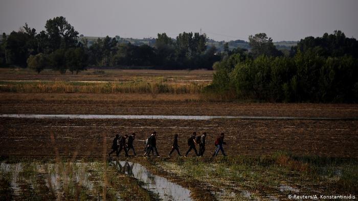 Reuters/A. Konstantinidis |مهاجرون يستخدون الطريق البري عبر منطقة إفروس للعبور من تركيا لليونان بعد تشديد المراقبة على بحر إيجه