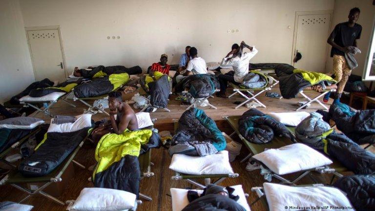 بسیاری از مهاجران در کمپ های لیتوانیا گیرمانده اند، مانند کمپ وودینیایی در این جا/عکس: Mindaugas Kulbis/AP Photo/Picture-alliance