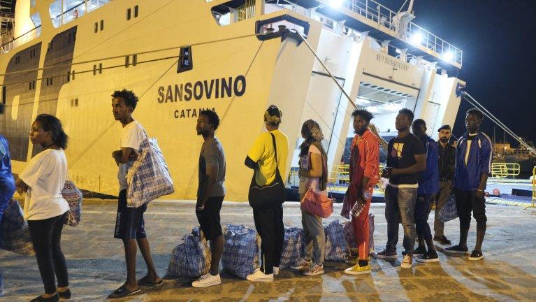 """ANSA / مجموعة من 30 مهاجرا على متن سفينة """"أوبن آرمز"""" التي وصلت إلى بورتو إمبيدوكلي، قادمة من لامبيدوزا. المصدر: أنسا / باسكوال كلاوديو مونتانا لامبو."""