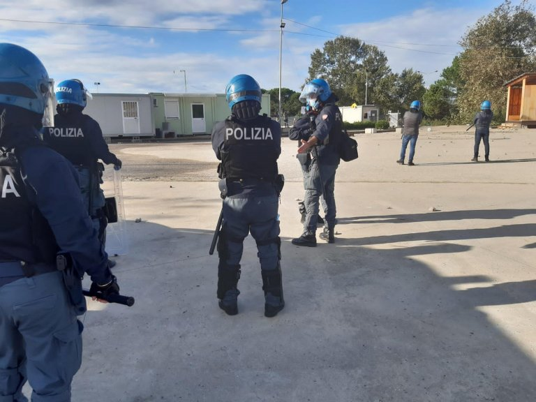 Police officers patrol the tent camp of San Ferdinando in the province of Reggio Calabria. Some migrants at the facility hurled stones at officers last Saturday | Photo: ANSA