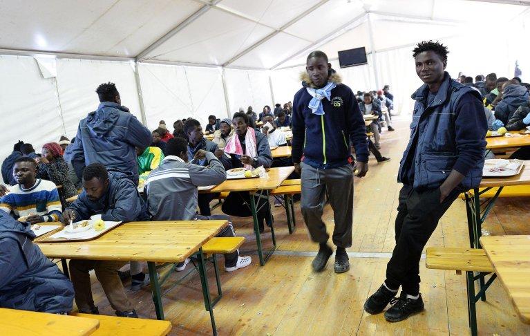 """ansa / مهاجرون في مركز استقبال فينوجليو، الذي تديره جمعية """"الصليب الأحمر"""" الإيطالي في سيتيمو تورينيزي. المصدر: أنسا/ اليساندرو دي ماركو."""