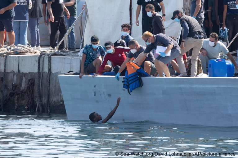 Migrants arrive at Lampedusa island, Sunday, October 3, 2021 | Photo: Sea-Watch.org/David Lohmueller via AP