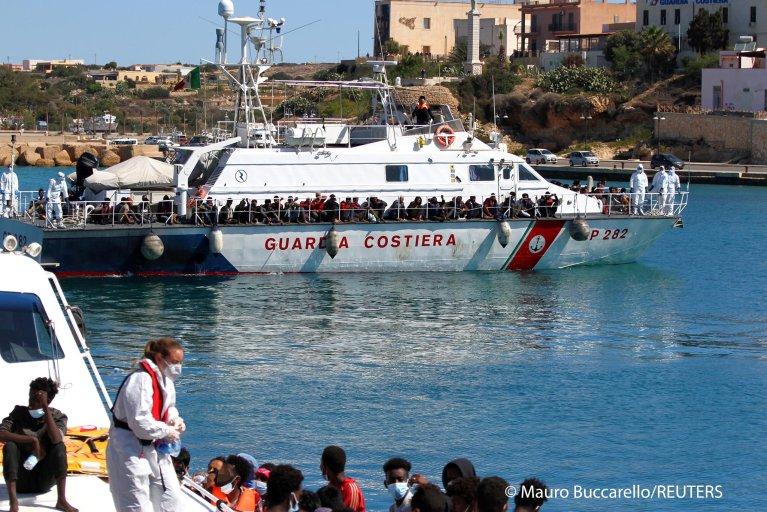 بیش از ۱۴۰۰ مهاجر به جزیره لامپدوسای ایتالیا رسیدند  (۹ می ۲۰۲۱)