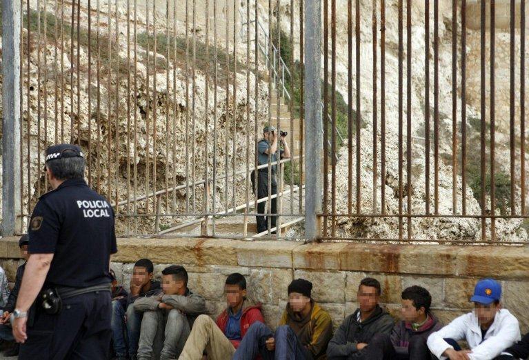 شرطيان يراقبان نحو 71 من المهاجرين الصحراويين، من بينهم 61 قاصرا على حدود سبتة ومليلية. أنسا / أرشيف