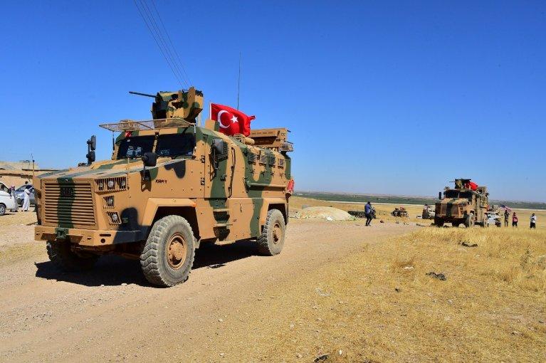 شاحنة عسكرية تركية خلال دوريات مشتركة مع الولايات المتحدة  بالقرب من الحدود السورية. المصدر: رويترز