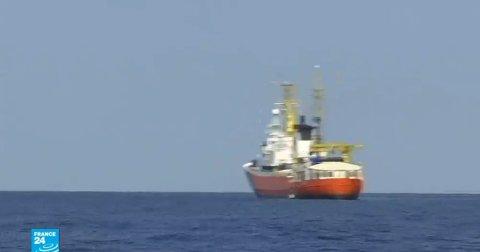 سفينة مهاجرين تنتظر موافقة تونس لترسو على مياهها