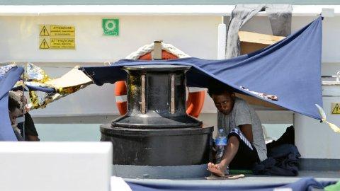إيطاليا تهدد بخفض مساهماتها في ميزانية الاتحاد الأوروبي على خلفية زورق المهاجرين