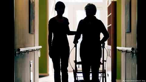 A carer and a patient in an elderly care center | Photo: Picture-alliance/dpa/O.Berg