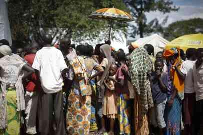 Burundian refugees queue to receive handout clothes from UNHCR at a refugee camp in Gashora, 55 kilometers south of Kigali, the capital of Rwanda on May 18, 2015   Photo: EPA/Dai Kurokawa