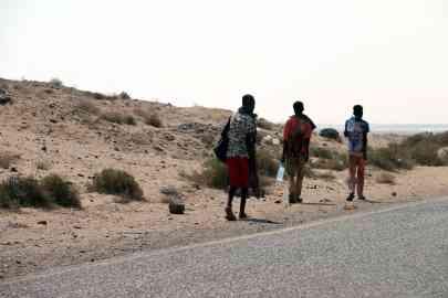 Somali refugees walking beside a road on the western coast of Hodeidah city, Yemen | Photo: EPA/STRINGER
