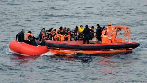 A Turkish coast guard vessel picks up a migran boat in the Aegean Sea   Photo: Picture-alliance/AA/B.Akay