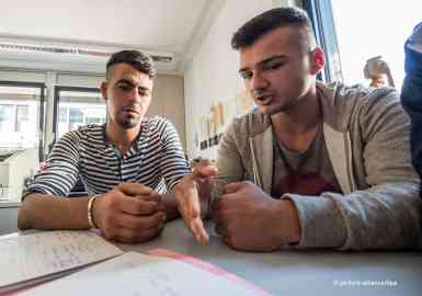 A migrant from Kosovo (left) at a counseling for voluntary return in Germany | Photo: Picture-alliance/dpa